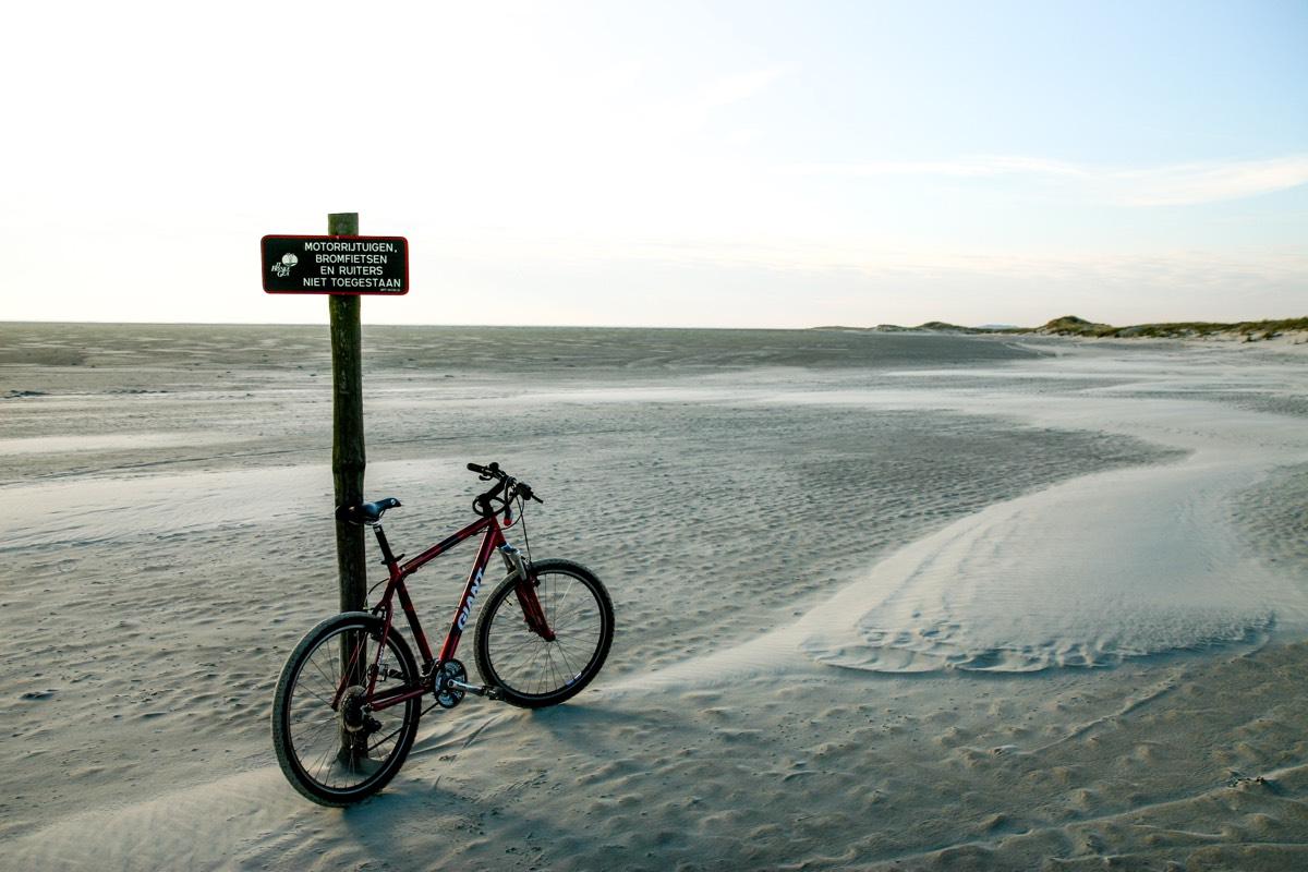 Fietsen op het strand richting het Oerd Ameland copy