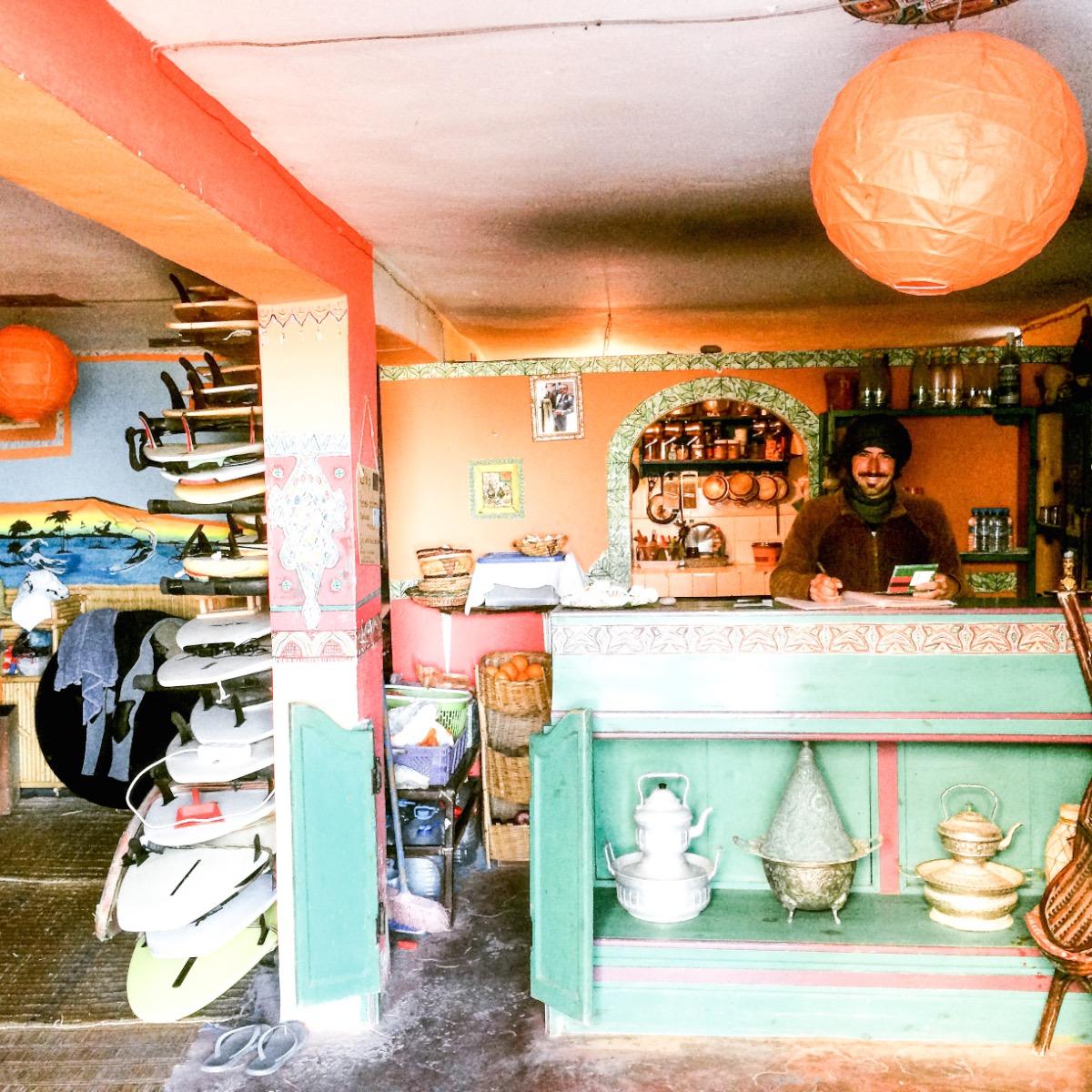 Het interieur van Cafe-surfshop-surfschool Aftas Mirleft.jpg